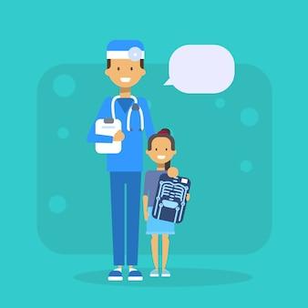 Lekarz z dzieckiem trzyma x ray szpitala egzaminacyjnego pojęcie