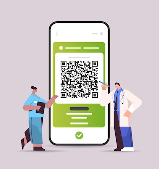 Lekarze korzystający z cyfrowego paszportu odpornościowego z kodem qr na ekranie smartfona bez ryzyka pandemii covid-19