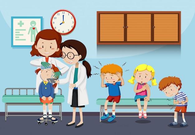 Lekarze pomagający rannym dzieciom