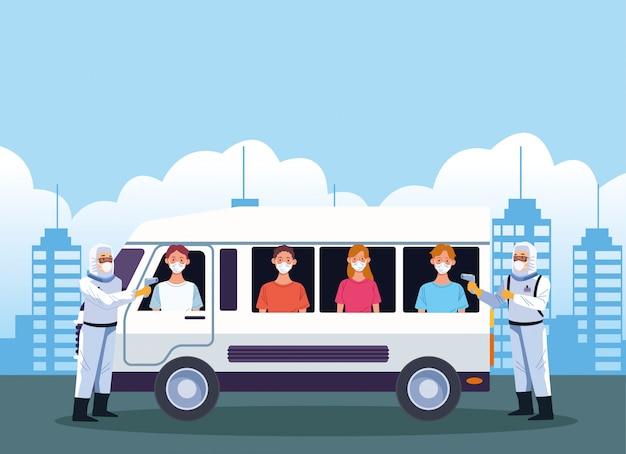Lekarze sprawdzający temperaturę w autobusie