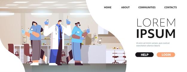 Lekarze w maskach ochronnych trzymający fiolkę strzykawki i butelki z koronawirusem rozwój szczepionki przeciwko covid-19 koncepcja szczepienia portret ilustracja wektorowa kopia pozioma przestrzeń