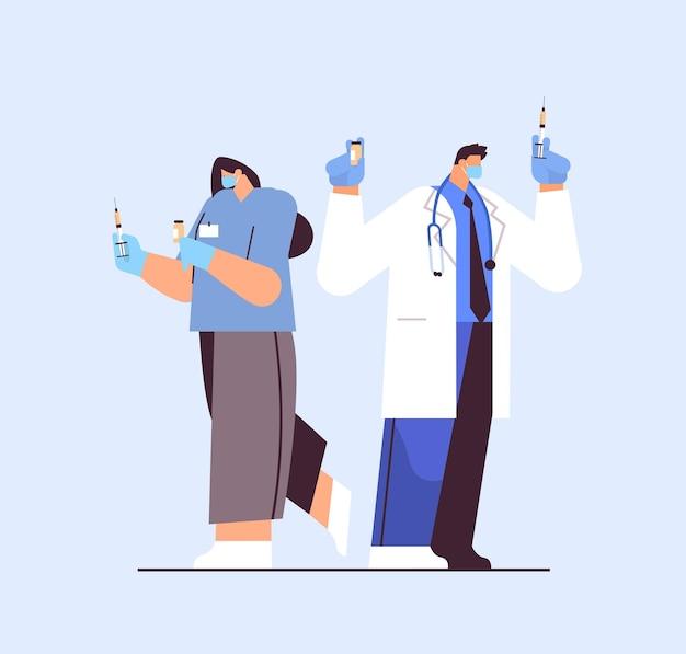 Lekarze w maskach ochronnych trzymających fiolkę strzykawki i butelki koronawirusa rozwój szczepionki przeciwko covid-19 koncepcja szczepienia ilustracji wektorowych pełnej długości