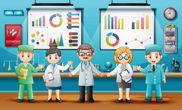 Lekarze z profesjonalnymi chemikami w laboratorium