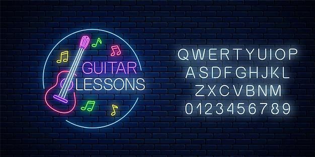 Lekcje gry na gitarze świecące neon plakat lub szablon transparent z alfabetem. ulotka reklamowa szkolenia gitarowego z ramą koło w stylu neon na tle ciemnego ceglanego muru. ilustracja wektorowa.