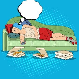 Leniwy człowiek pop-artu, leżąc na kanapie i oglądając telewizję z pizzą