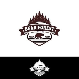 Leśny niedźwiedź retro logo z drzewami i rzeką