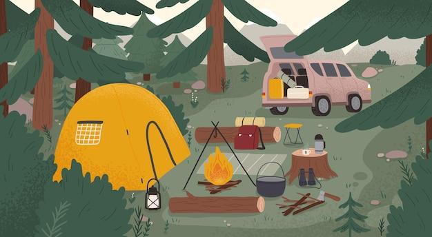 Leśny obóz turystyczny z namiotem, ogniskiem, drewnem opałowym, kamperem, sprzętem, narzędziami do turystyki przygodowej, podróży, bushcraftu, plecakiem