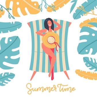 Letni czas z kobietą siedzącą na pasiastym leżaku pod palmowymi liśćmi