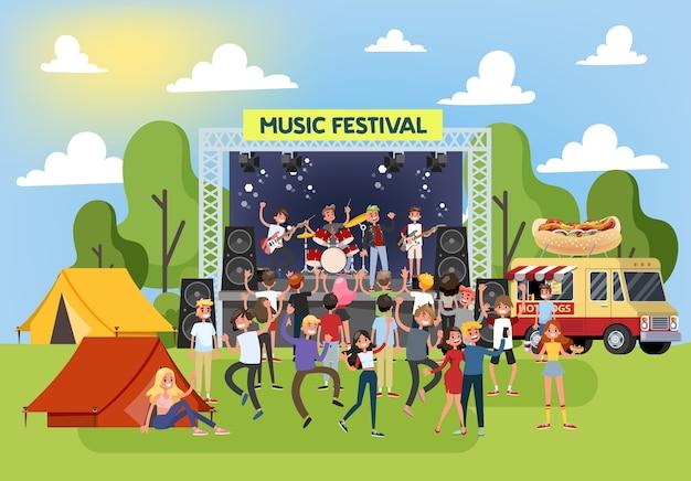 Letni festiwal muzyczny na świeżym powietrzu. tłum ludzi tańczy