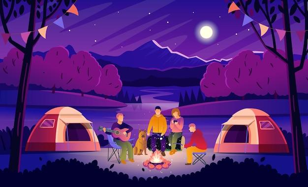 Letni kemping nocą. krajobraz leśny z turystami wokół ogniska. turyści grają na gitarze, piją gorącą herbatę i pieczą pianki. płaskie ilustracji wektorowych w stylu cartoon.