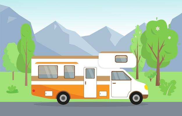Letni lub wiosenny krajobraz z górami, drzewami i podróżnym mobile home'em.
