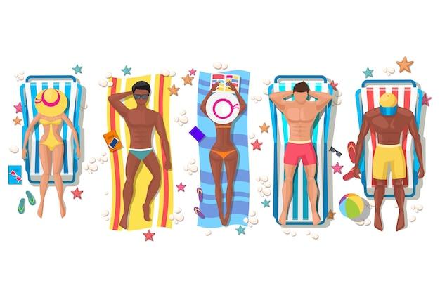 Letni ludzie na plaży na leżaku. wakacje relaksacyjne, opalanie i wypoczynek, ciało dziewczyny.