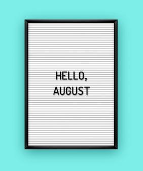 Letni napis hello august na białej tablicy z czarnymi plastikowymi literami. .