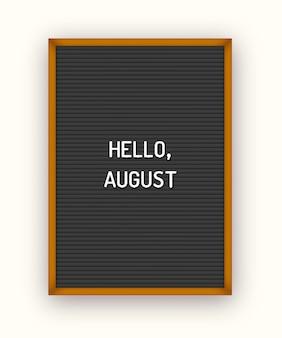 Letni napis hello august na czarnej tablicy z białymi plastikowymi literami.
