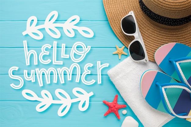 Letni napis z kapeluszem i okularami przeciwsłonecznymi