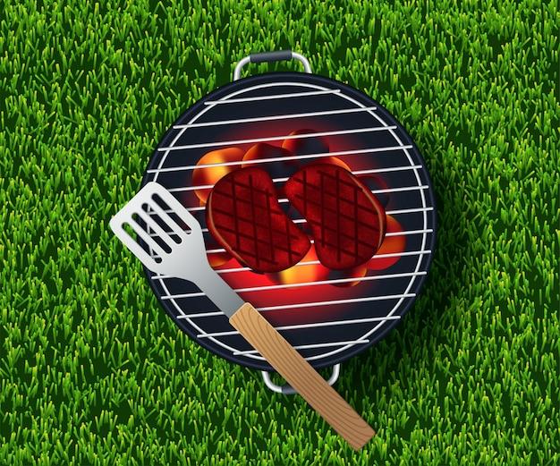 Letni piknik na trawie z koszem, białym pustym talerzem i akcesoriami