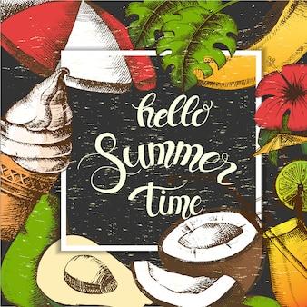 """Letni plakat z tropikalnym kwiatem, parasolką, lodami, koktajlem, liśćmi palmowymi i tropikalnymi owocami. ręcznie napisany cytat """"hello summer time"""". naszkicować. vintage design"""