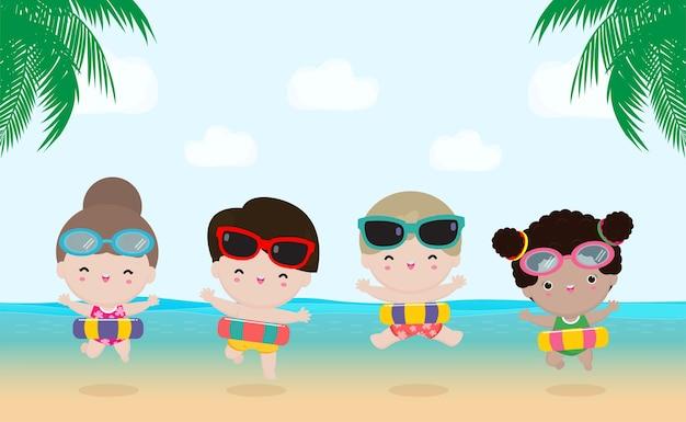 Letnia grupa dzieci w strojach pływackich z dmuchanymi zabawkami na plaży
