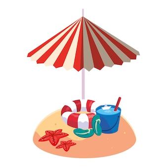 Letnia piaszczysta plaża z parasolem i pływakiem