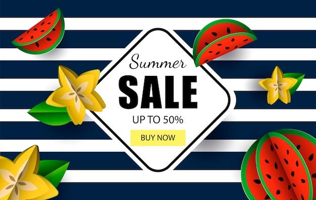 Letnia wyprzedaż do 50% szablonu banerowego z przyciskiem sklepu i owocami tropikalnymi.