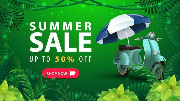 Letnia wyprzedaż, do 50% zniżki, zielony baner z rabatem dla twojej firmy z zabytkowym motorowerem, ramą tropikalnej dżungli i dużą ofertą z przyciskiem