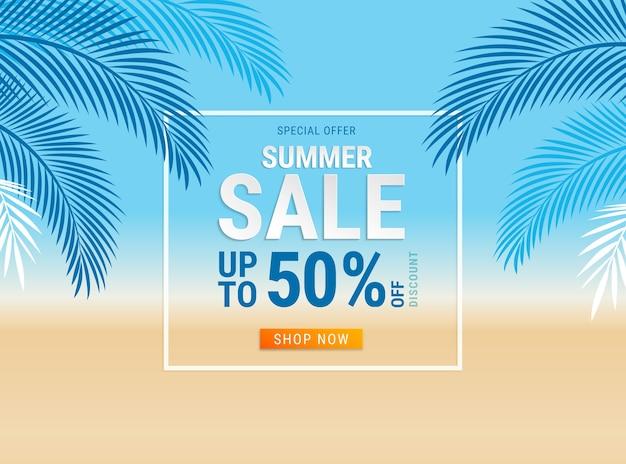 Letnia wyprzedaż karta z liściem kokosowym na tle plaży