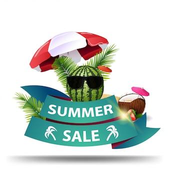 Letnia wyprzedaż, kreatywny web banner ze wstążką i arbuzem w okularach pod parasolem plażowym