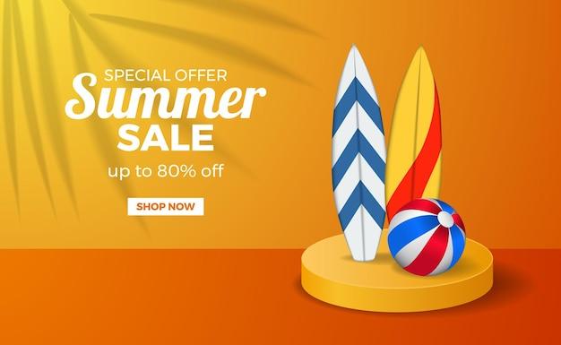Letnia wyprzedaż plakat szablon transparent z pomarańczowym ciepłym kolorem podium z deską surfingową i piłką