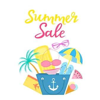 Letnia wyprzedaż plakat z torbą plażową, dmuchanym materacem, lodami, parasolem przeciwsłonecznym, kostiumem kąpielowym, biletem lotniczym, okularami przeciwsłonecznymi.