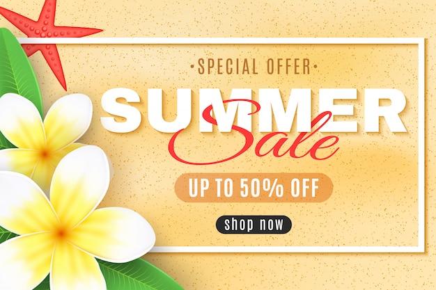 Letnia wyprzedaż transparent. tropikalne kwiaty plumeria i rozgwiazdy w ramce. oferta specjalna. tekst kreatywny wystrój. duże rabaty.