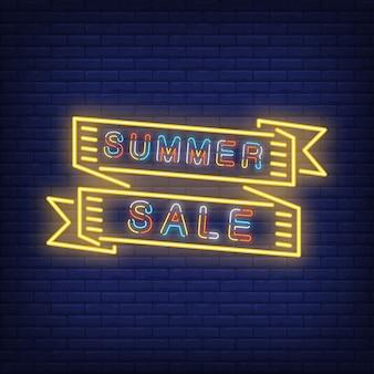 Letnia wyprzedaż w kolorowym neonowym stylu. długie żółte wstążki z kolorowym tekstem. noc jasnych reklamodawców