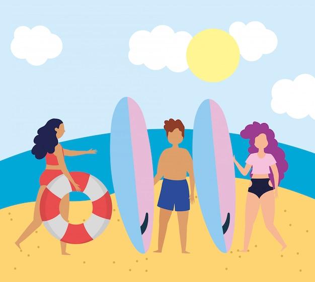 Letnie aktywności ludzi, para z deskami surfingowymi i dziewczyna z kołem ratunkowym, relaks nad morzem i wypoczynek na świeżym powietrzu