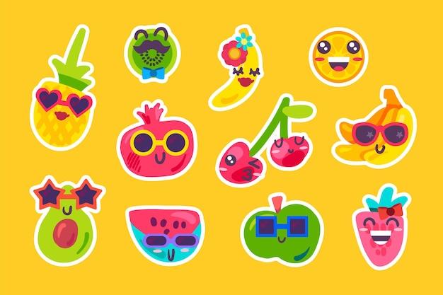 Letnie owoce emoji emocja kolekcja wektor zestaw. jagody arbuzowo-truskawkowe, ananasowo-wiśniowe, pomarańczowe i kiwi, bananowo-jabłkowe. płaska ilustracja komiks śmieszne emotikony flat