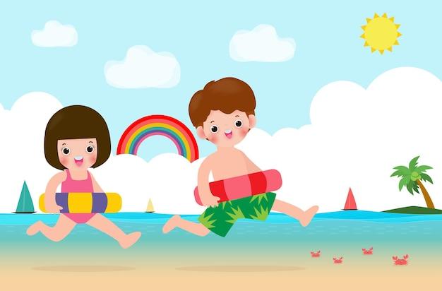Letnie szczęśliwe dzieci w strojach pływackich z nadmuchiwaną bojką skaczącą na plaży