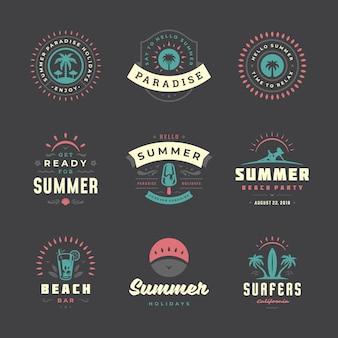 Letnie wakacje etykiety i odznaki zestaw retro. szablony kart okolicznościowych, plakatów i projektowania odzieży. logo wakacje na plaży z palmami i ilustracje wektorowe ikony słońca.