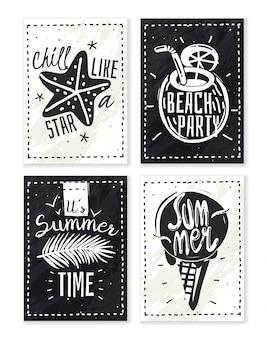 Letnie wakacje kreda zestaw plakatów. zestaw czterech pionowych haseł letnich plakatów kredą na łupku sylwetki plażowych obiektów ze słowami czarno-biały styl hipster
