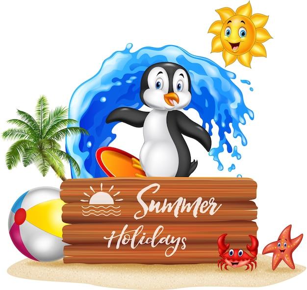 Letnie wakacje z drewnianym znakiem i pingwinem surfingu