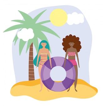Letnie zajęcia dla ludzi, dziewczyny w bikini z pływakiem, relaks nad morzem i wypoczynek na świeżym powietrzu