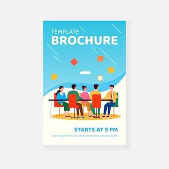 Lider biznesowy organizujący spotkanie korporacyjne z zespołem w szablonie broszury sali posiedzeń