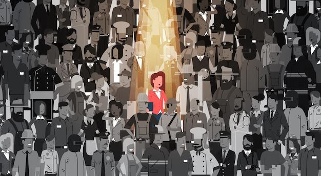 Lider bizneswomanu wyróżnia się spośród tłumu osobowego, spotlight zatrudnij zasoby ludzkie rekrutacja kandydat grupy ludzi biznesu koncepcji zespołu