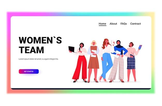 Liderzy przedsiębiorców w formalnym stroju stojąc razem odnoszące sukcesy kobiety biznesu koncepcja przywództwa zespołowego pracownicy biurowi korzystający z cyfrowych gadżetów przestrzeń do kopiowania poziomego na całej długości ilustracji wektorowych