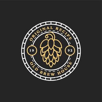 Liniowe złote logo browaru. chmiel. ikona retro sztuka piwa rzemieślniczego