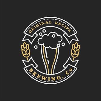Liniowe złote logo browaru. szklanka piwa i chmielu