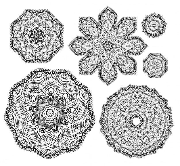 Liniowo niedbale narysowane ręcznie szkicowy zestaw ozdobnych mandali.