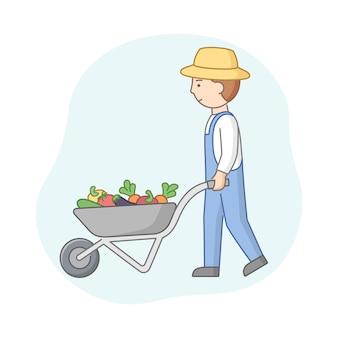 Liniowy kreskówka rolnik w kapeluszu i kombinezonie dżinsowym pchający taczkę z warzywami. młody mężczyzna pracownik rolny z wiejskim urządzeniem. koszyk pełen letnich zbiorów. kompozycja konspektu wektor.