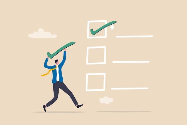 Lista kontrolna ukończonych zadań, pole wyboru projektu lub lista osiągnięć i koncepcja dokumentu zatwierdzającego, biznesmen niosący duży kleszcz, aby umieścić ukończone zadanie w celu śledzenia projektu.