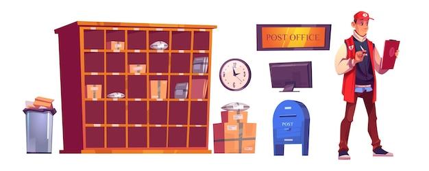 Listonosz i poczta z paczkami na półkach, kartonach, komputerze i skrzynce pocztowej.