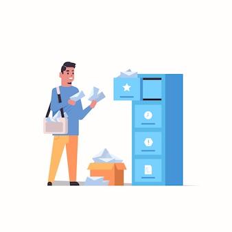 Listonosz wkładanie kopert listowych w skrzynce pocztowej koncepcja usługi dostawy po dostawie płaskie pełnej długości