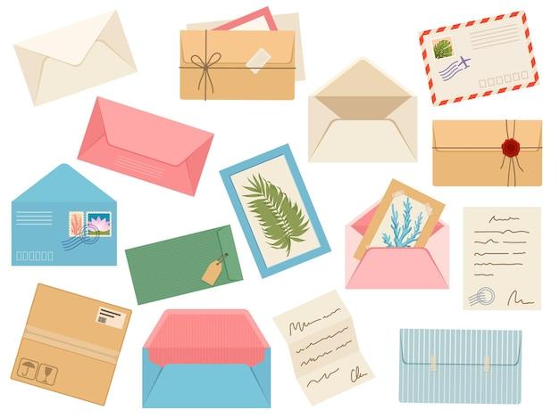 Listy, karty i koperty. pocztówka, poczta papierowa ze stemplem pocztowym, pieczęcią lakową i znaczkiem pocztowym, uwaga i otwarta koperta ręcznie robiona, zestaw wektorowy. ilustracja papier kopertowy z listem pocztowym
