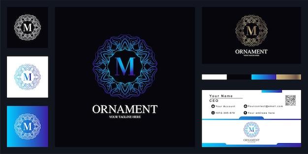 Litera m luksusowy ornament kwiat rama logo szablon projektu z wizytówką. projekt szablonu o z wizytówką.